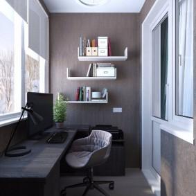 Офисный стул около стола на балконе