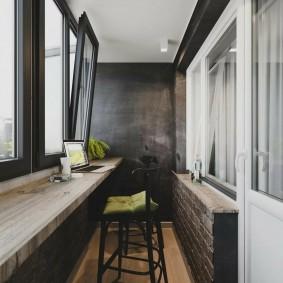 Деревянный подоконник на длинном балконе