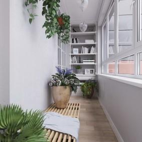 Светлый балкон с комнатными растениями