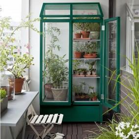 Шкаф для растений в конце балкона