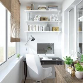 Письменный стол в интерьере лоджии