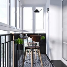Столик для чаепития на балконе в трехкомнатной квартире