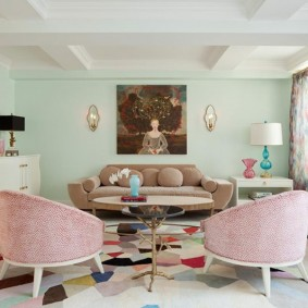Розовые спинки кресел в гостиной