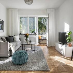 Интерьер современной гостиной с балконом