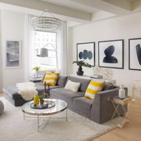 Серый диван посередине гостиной