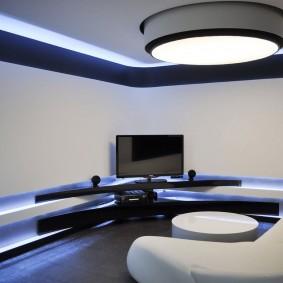 Телевизор в углу гостиной комнаты стиля хай-тек