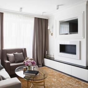 Фальш-камин под телевизором в гостиной