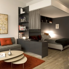 Спальное место в углу маленькой квартиры