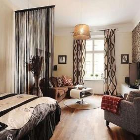 Зонирование квартиры нитяными шторами