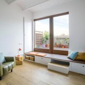 Большое окно в комнате с минимумом мебели