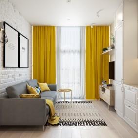 Яркие шторы в светлой комнате