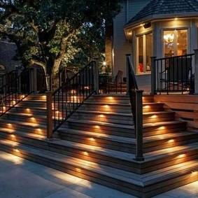 Встроенные светодиодные светильники в степенях деревянной лестницы