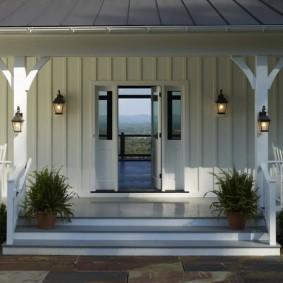 Садовые светильники на столбиках террасы