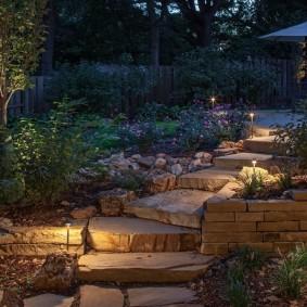 Садовая лестница с каменными ступенями