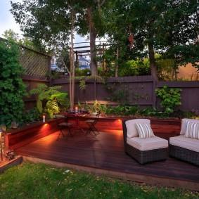 Освещение площадки для отдыха с деревянным настилом