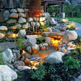 Красивая подсветка каменистого ручья