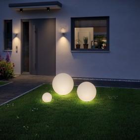 Декоративные светильники на партерном газоне