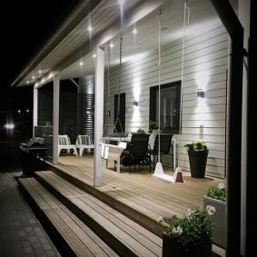 Освещение террасы частного дома в ночное время