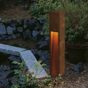 Садовый светильник в виде деревянного столбика