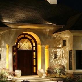 Освещение центрального входа в загородный дом