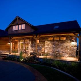 Освещение террасы перед домом с каменной облицовкой