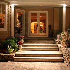 Каменные ступени перед входом в частный дом