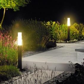 Болларды с круговым светом на садовом участке