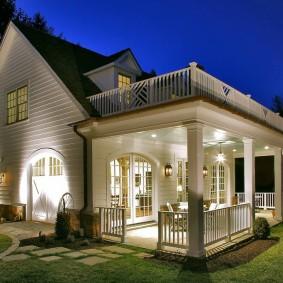 Красивая подсветка фасада загородного дома