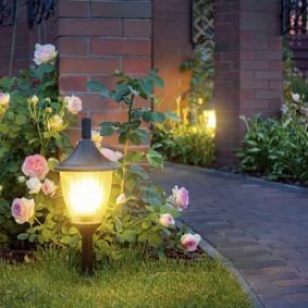 Низкие светильник в ретро стиле на садовом газоне