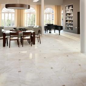 Мраморная плитка в светлой гостиной