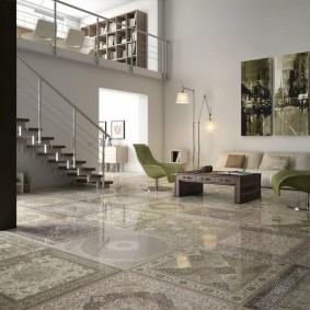 Красивая плитка на полу гостиной с лестницей