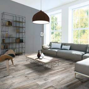 Угловой диван в зале с керамическим полом
