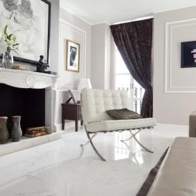 Черная штора в гостиной с мраморной отделкой