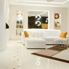 Белый диван в светлой комнате