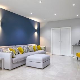 Окраска стен гостиной комнаты в контрастные цвета