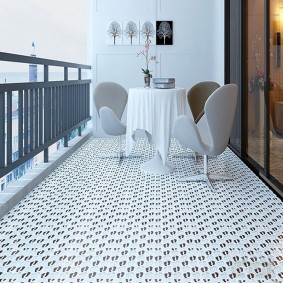 Дизайн открытого балкона с керамическим полом