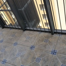 Плитка квадратной формы на полу балкона