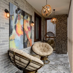 Удобные кресла на теплом балконе