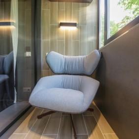 Мягкое кресло на теплом балконе