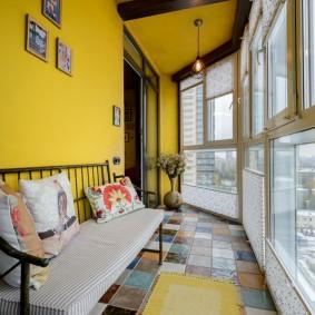 Желтые стены на панорамном балконе