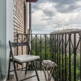 Кованые перила на небольшом балконе