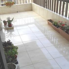 Глянцевый пол на балконе квартиры