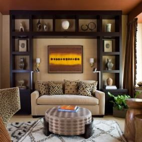 Встроенные полки вокруг дивана в зале