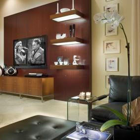 Стильные полки в гостиной с кожаной мебелью
