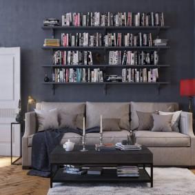 Книжные полки на стене в гостиной