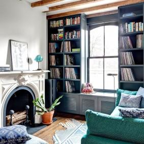 Камин в гостиной комнате с книжными полками