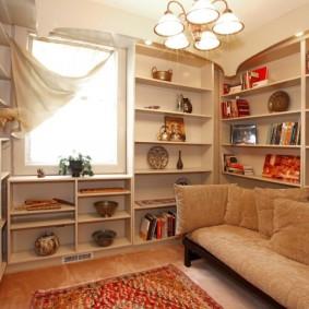Небольшая гостиная с большим количеством полок