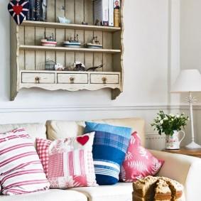 деревянная полка на стене над диваном