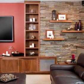 Деревянные полки на стене с каменной отделкой