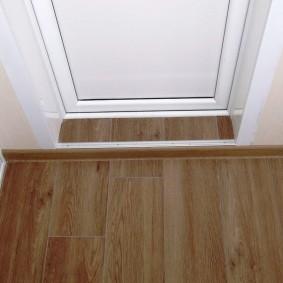 Порожек из ламината перед балконной дверью